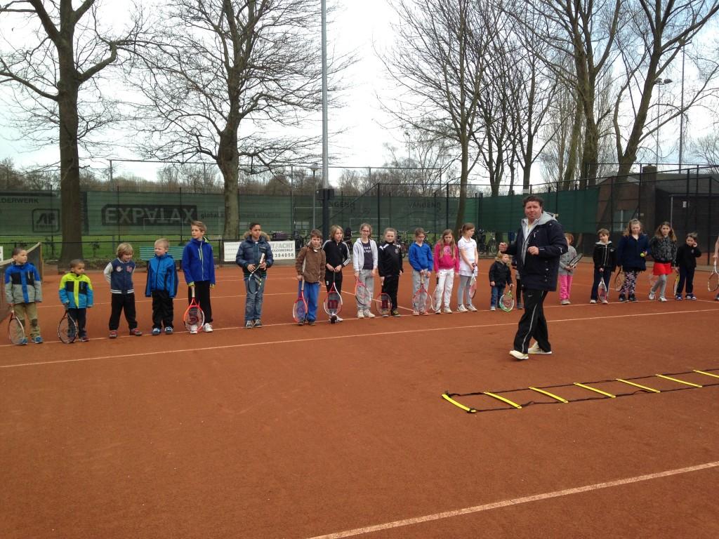 Tennisleraar Remco Schoolderman tijdens de Open jeugdmiddag 2014